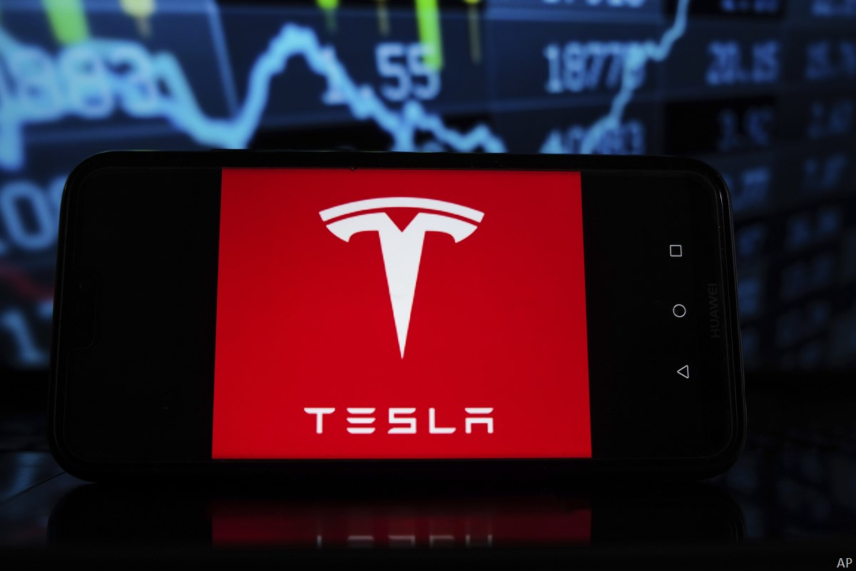Tesla logo in front of chart