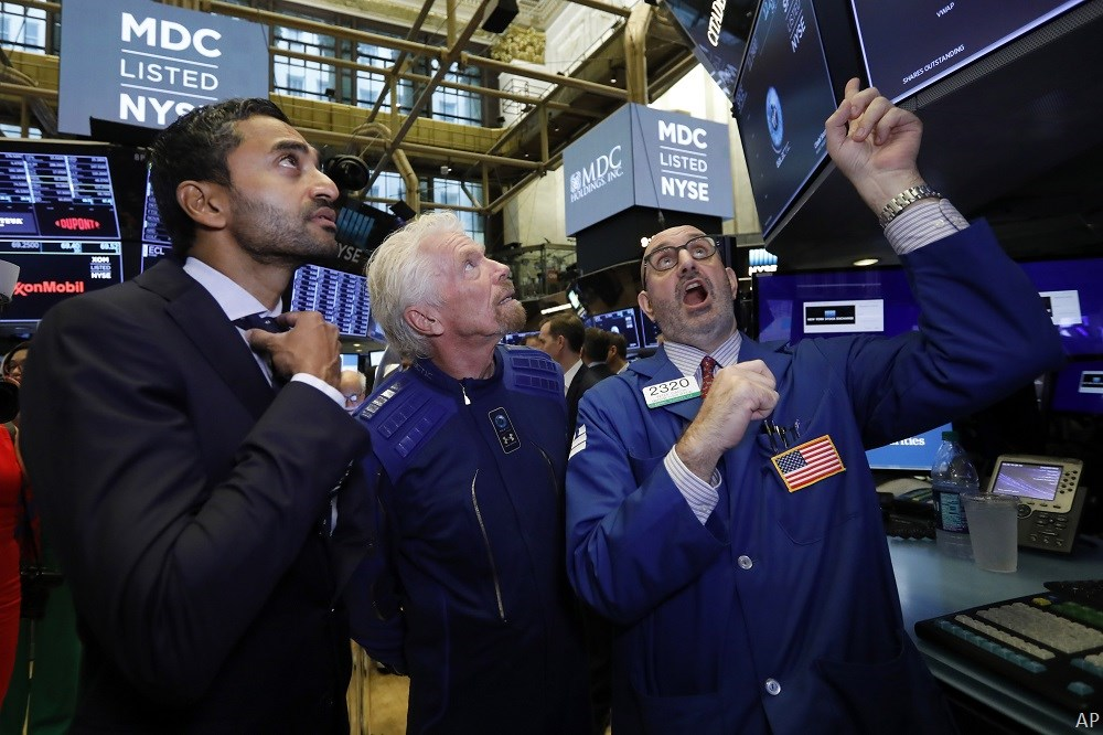 Chamath Palihapitiya and Richard Branson at stock exchange